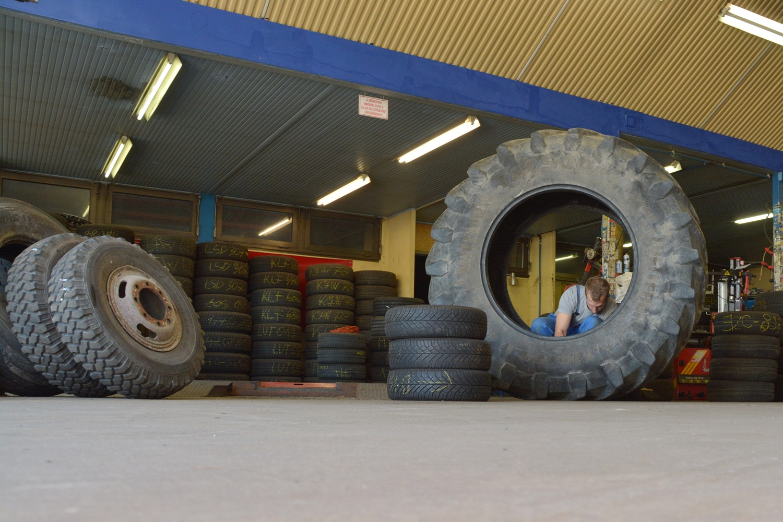 traktorgumi szerelése, javítása